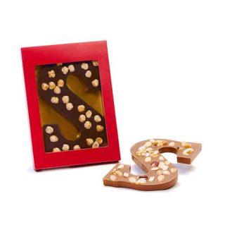 chocoladeletter met hazelnoten